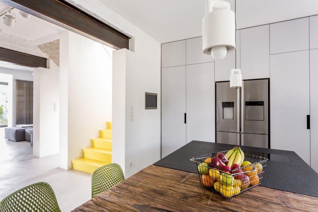 white-scandi-kitchen-with-tables
